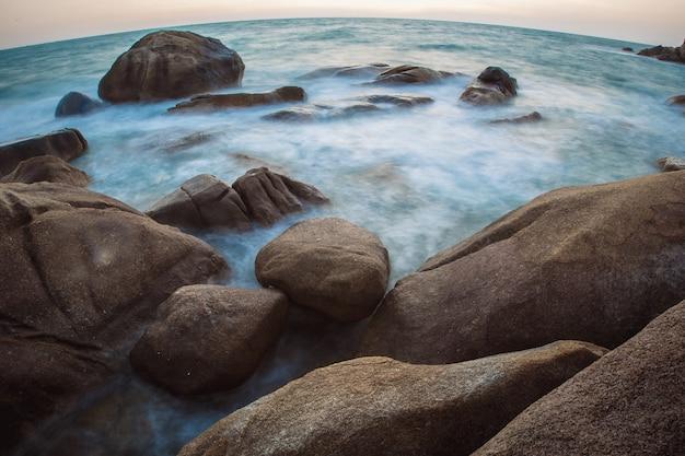 A costa rochosa ou praia, mar de andamão, tailândia