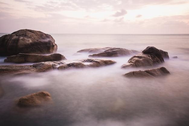 A costa rochosa ou praia rosa, mar de andaman, tailândia