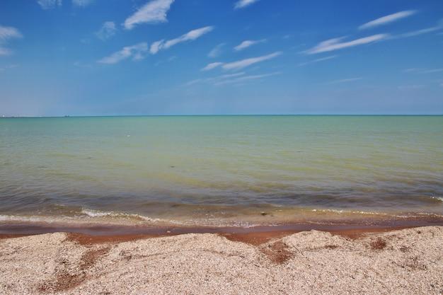 A costa selvagem do mar cáspio, azerbaijão