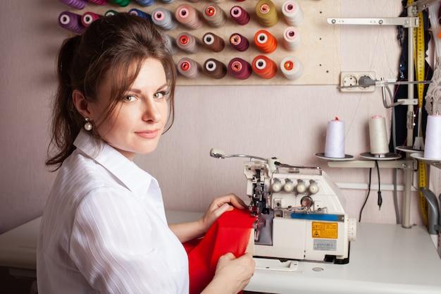 A costureira cobre a borda do tecido