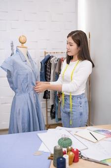 A costureira está projetando um vestido de noite no quarto.