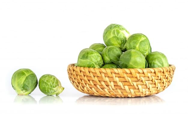 A couve de bruxelas verde fresca vegetal em branco