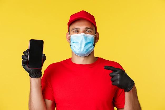A covid entrega encomendas de compras de pagamento sem contato e correio de conceito de distanciamento social em uniforme vermelho ...
