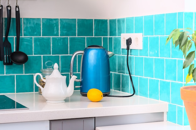 A cozinha apresenta armários frontais planos cinza escuro combinados com bancadas de quartzo branco