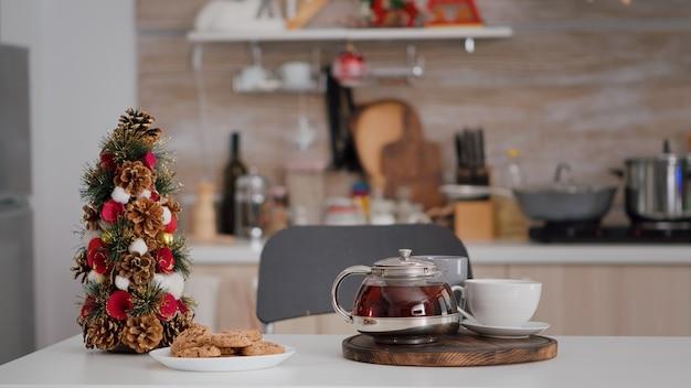 A cozinha decorada de natal sem ninguém dentro durante o inverno esperando por hóspedes