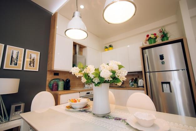 A cozinha do apartamento o desenho da sala da cozinha