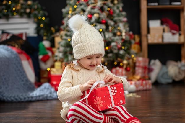 A criança abre a caixa de presente