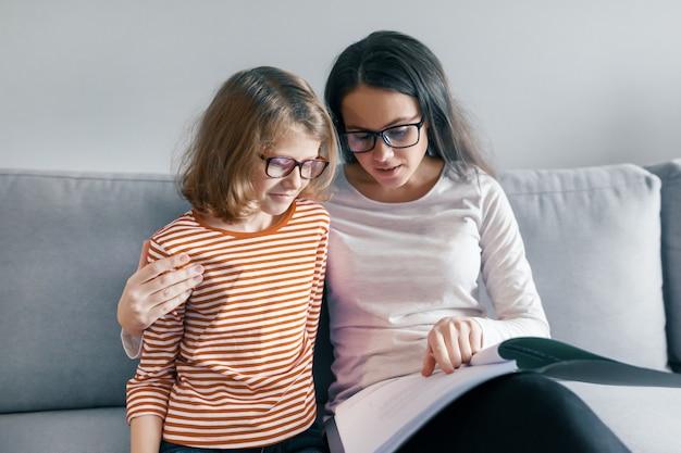 A criança aprende com um professor, lições individuais privadas