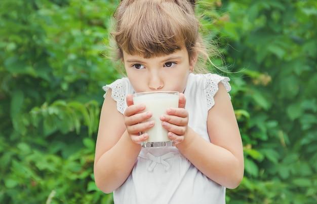 A criança bebe leite e biscoitos. foco seletivo.