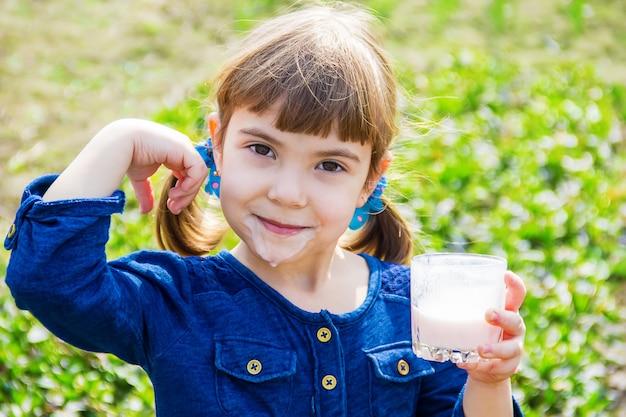 A criança bebe leite. foco seletivo. crianças.
