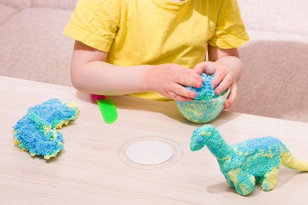 A criança brinca com massinha