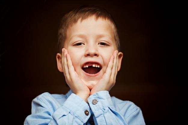 A criança caiu o primeiro dente de leite