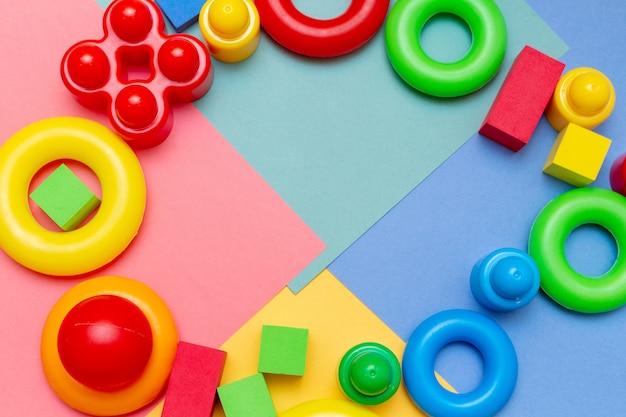 A criança colorida caçoa o fundo dos brinquedos da educação. conceito de bebês de crianças infância infância.