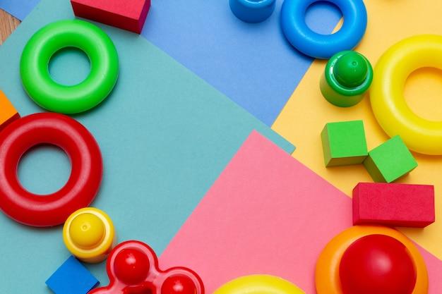 A criança colorida caçoa o teste padrão dos brinquedos da educação com espaço da cópia. conceito de educação infantil.