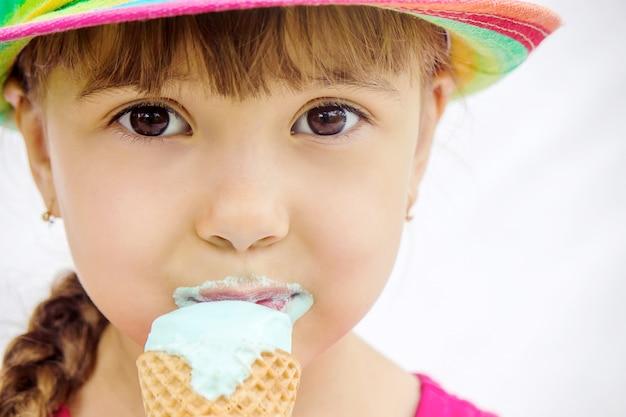 A criança come sorvete. foco seletivo.