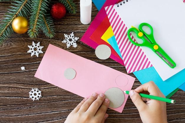 A criança desenha detalhes cartão de saudação da árvore de natal projeto feito à mão de criatividade infantil