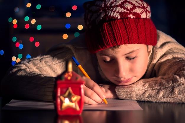 A criança escreve uma carta para o papai noel