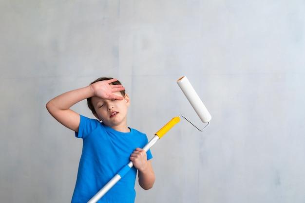 A criança está cansada de pintar as paredes.