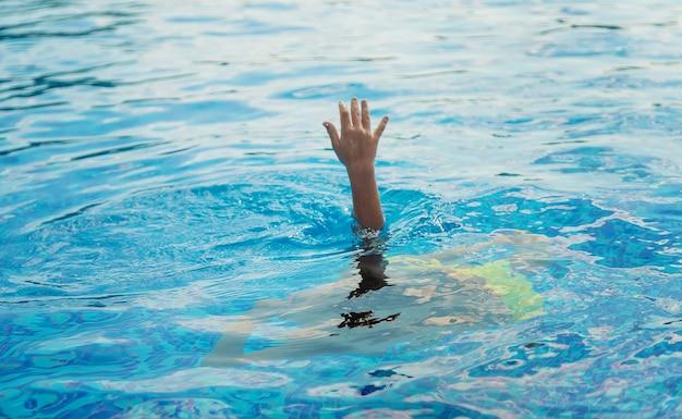 A criança está se afogando na água. foco seletivo. miúdo.