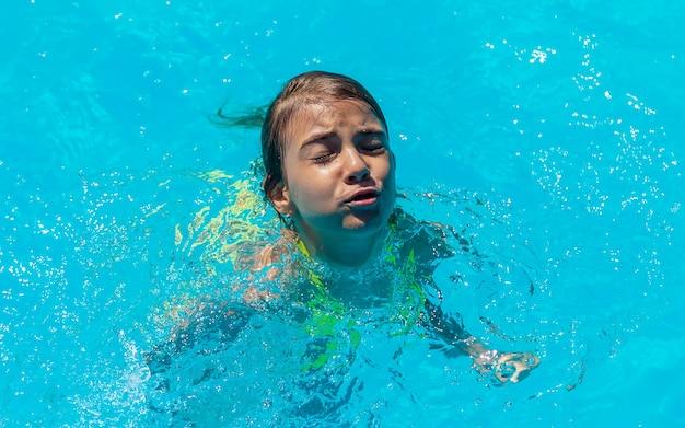 A criança está se afogando na água. foco seletivo.