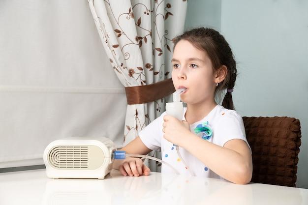 A criança está sendo tratada para tosse com um inalador