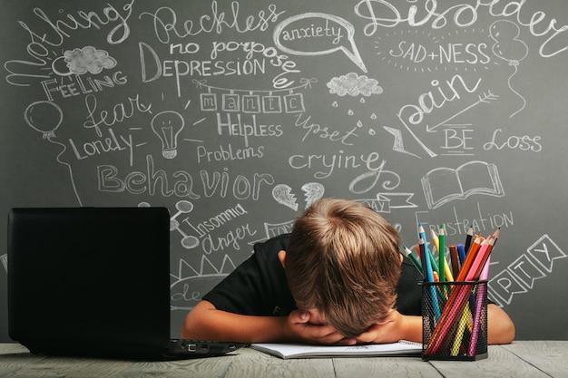 A criança estuda remotamente na escola, usando um capacete de astronauta. de volta à escola