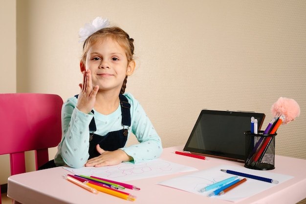 A criança estuda remotamente na escola