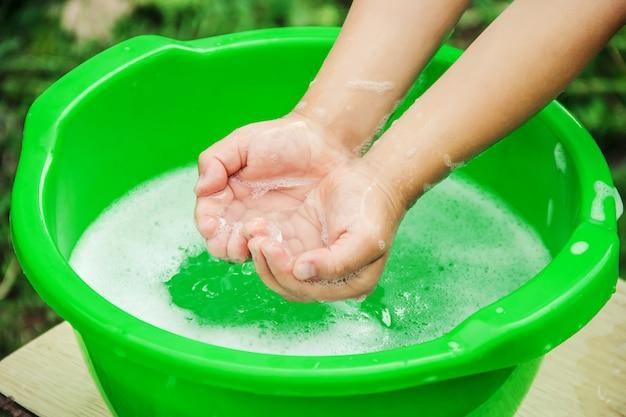 A criança lava as mãos. foco seletivo.