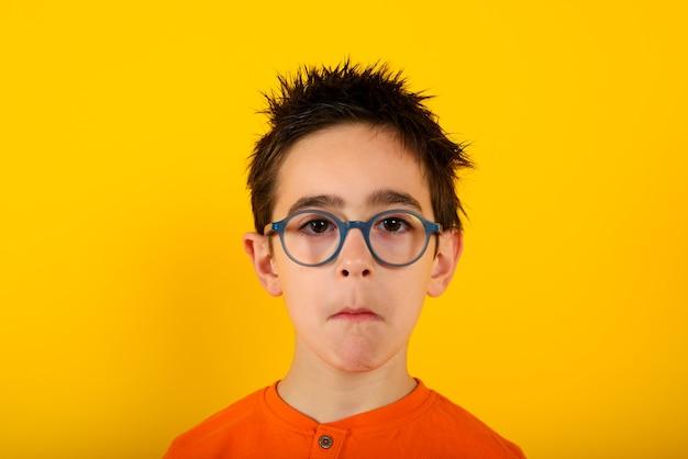 A criança não tem certeza sobre algo e tem algumas perguntas sobre o amarelo