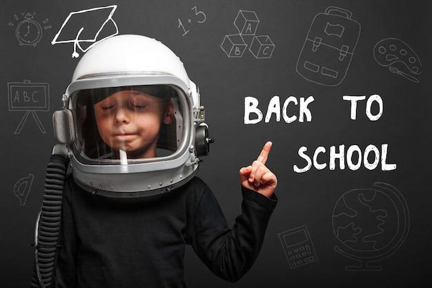 A criança planeja voltar para a escola usando um capacete de astronauta para se tornar um astronauta