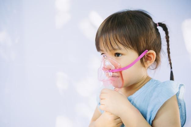 A criança que ficou doente por uma infecção de caixa torácica depois de um resfriado ou a influenza