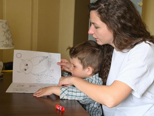 A criança quer pintar um livro para colorir.