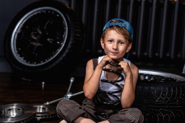 A criança segura o isolador de mola