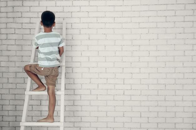 A criança sobe as escadas