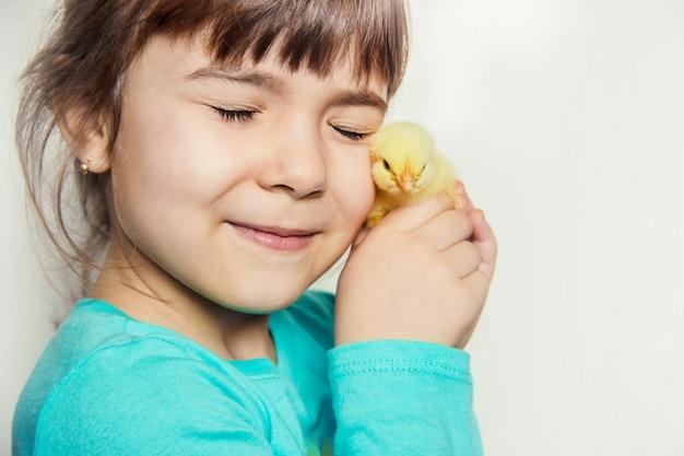 A criança tem um frango nas mãos. foco seletivo.