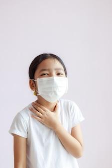 A criança usa uma máscara médica protetora