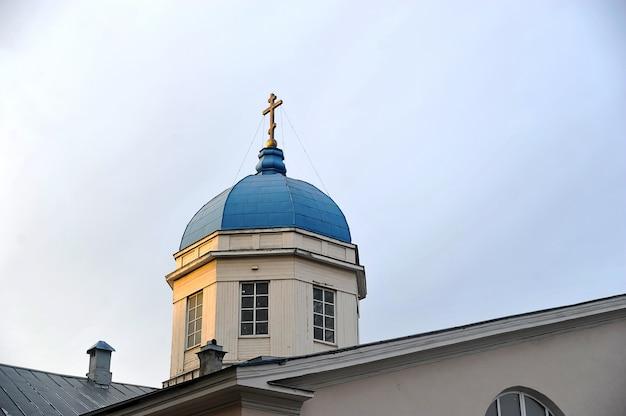 A cruz na cúpula da igreja de tikhvin ícone da mãe de deus