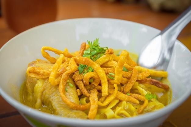 A culinária tailandesa chamada kao soi