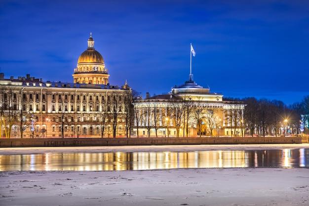 A cúpula da catedral de santo isaac e o dique admiralteyskaya em são petersburgo