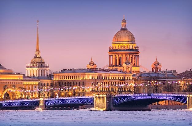 A cúpula da catedral de santo isaac, o almirantado e o rio neva em gelo em são petersburgo