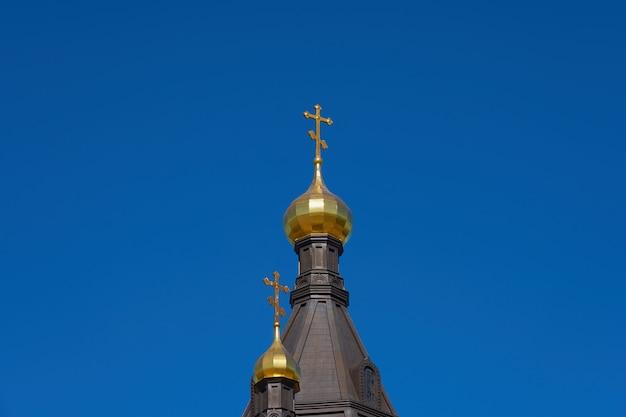 A cúpula da igreja contra o céu azul claro.