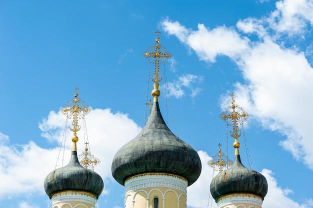 A cúpula da igreja contra o céu