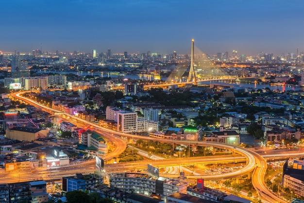 A curva da estrada e da estrada da passagem superior com a ponte de suspensão em banguecoque, tailândia.
