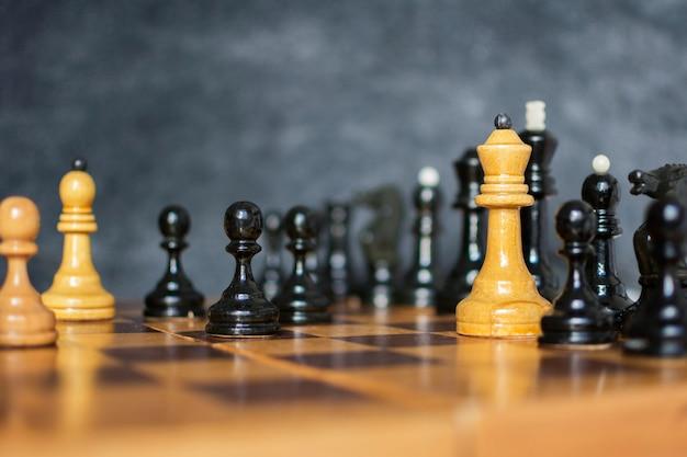 A dama no jogo de xadrez.