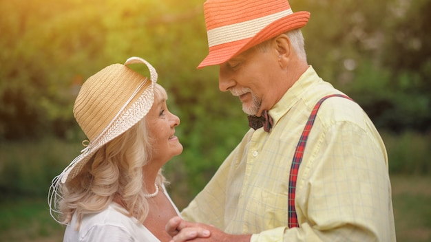 A dança do velho casal no jardim de verão