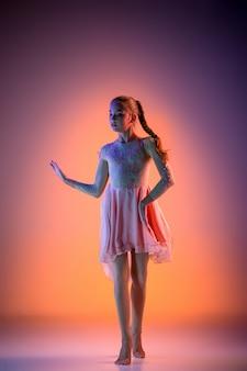 A dançarina de balé moderna adolescente