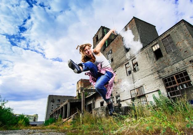 A dançarina europeia de sapateado de yang se apresenta ao ar livre