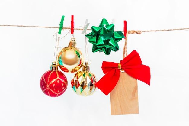 A decoração da árvore de natal pendurada em uma corda isolada em um fundo branco atmosfera de ano novo