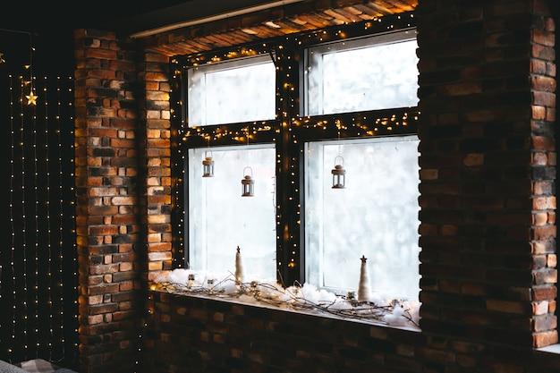 A decoração de natal da sala, um abeto brilhante, presentes e muitos acessórios de natal com um estilo dourado rústico