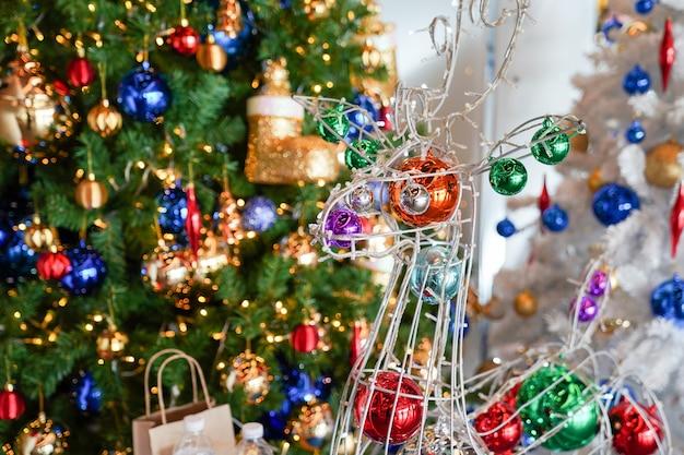 A decoração de natal e ano novo no carvalho artificial com árvore de neve ao lado.